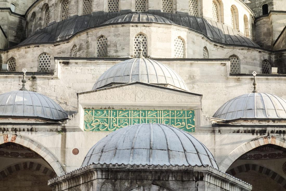 Un dettaglio del portale della moschea Blu di Istanbul