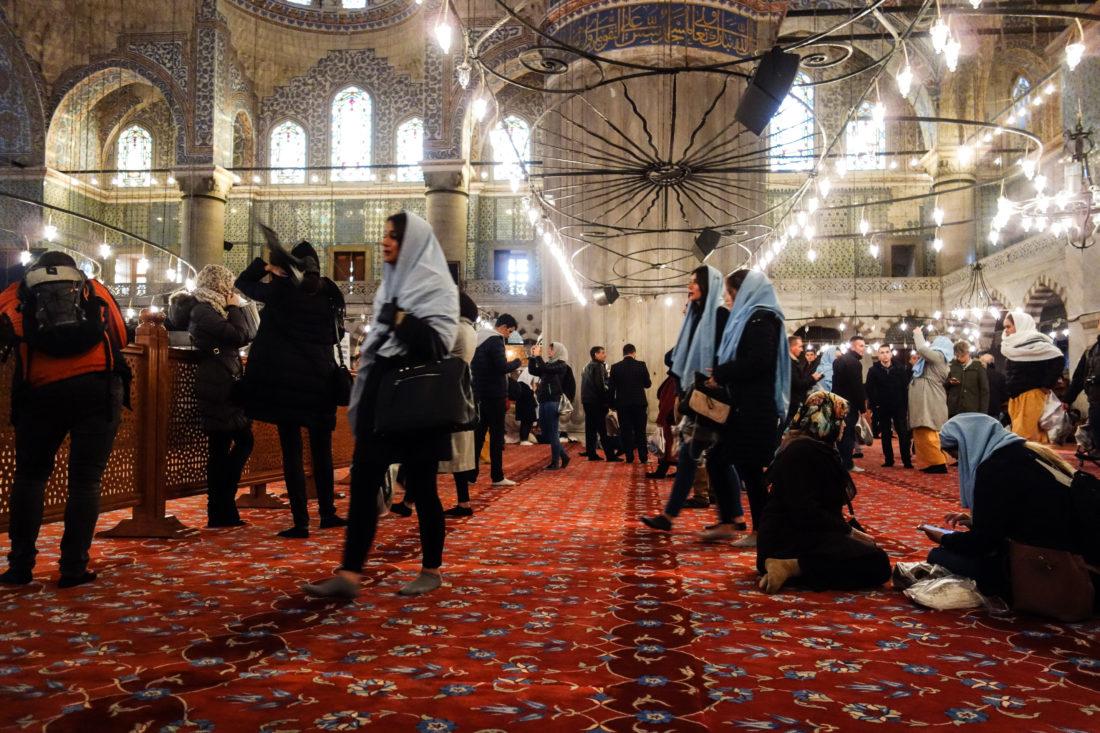 Fedeli e turisti all'interno della moschea Blu di Istanbul