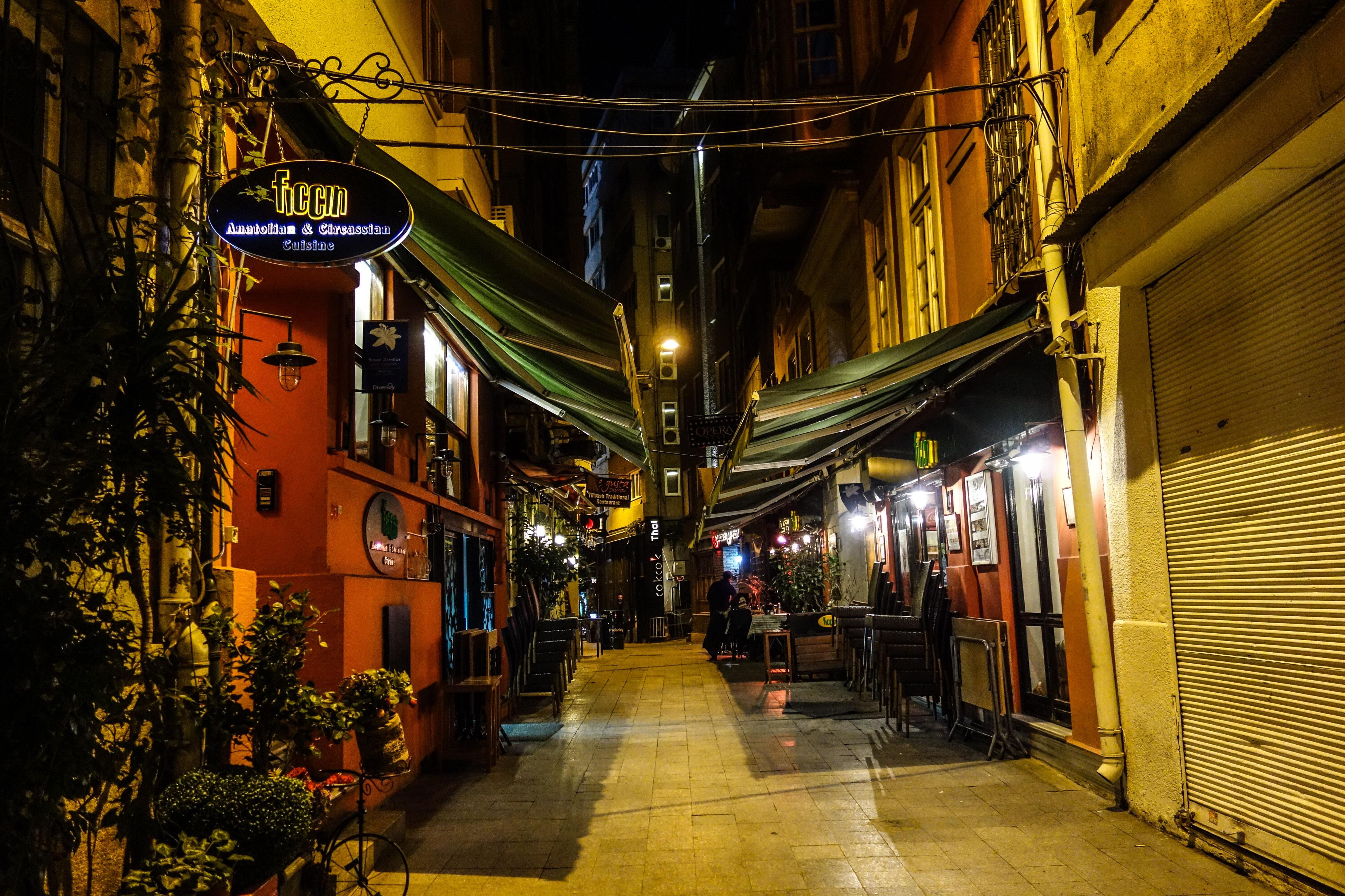 Ristorantini nelle strade traverse di Istiklal Caddesi