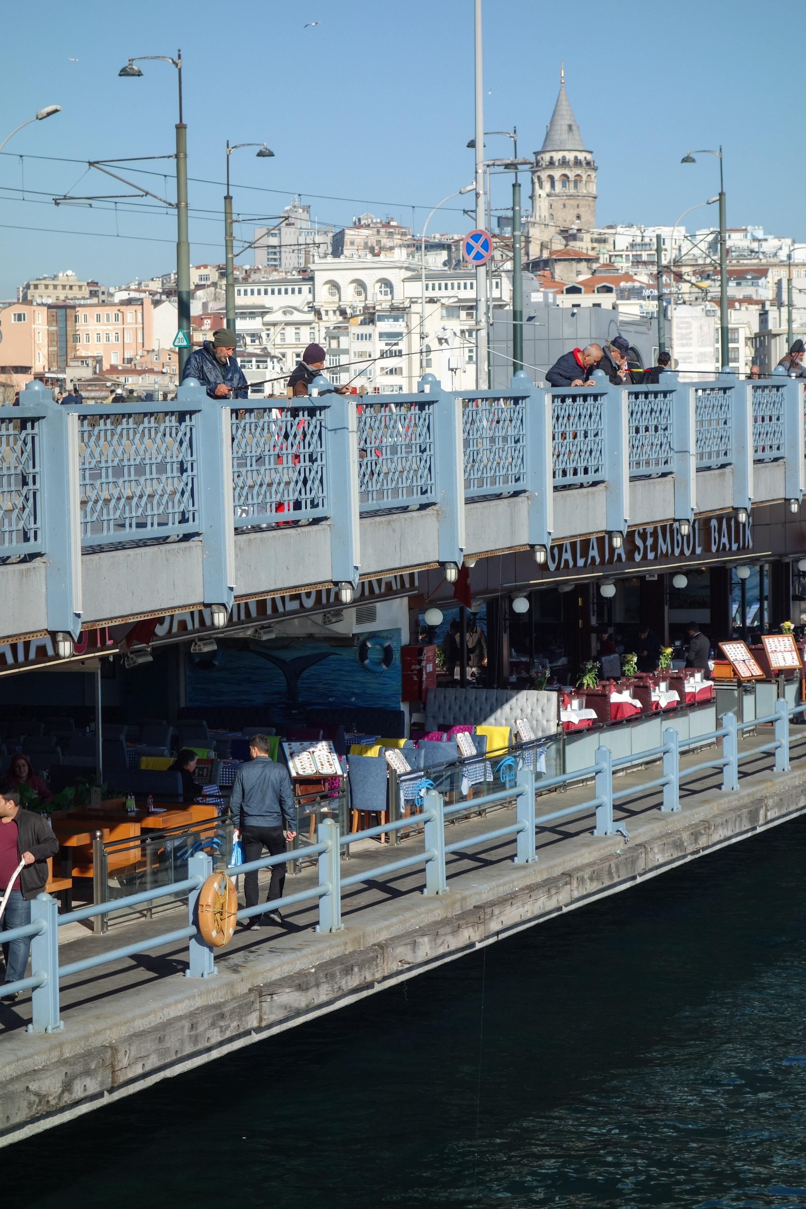 Ponte di Galata, con i pescatori affacciati al piano superiore e i ristoranti a quello inferiore