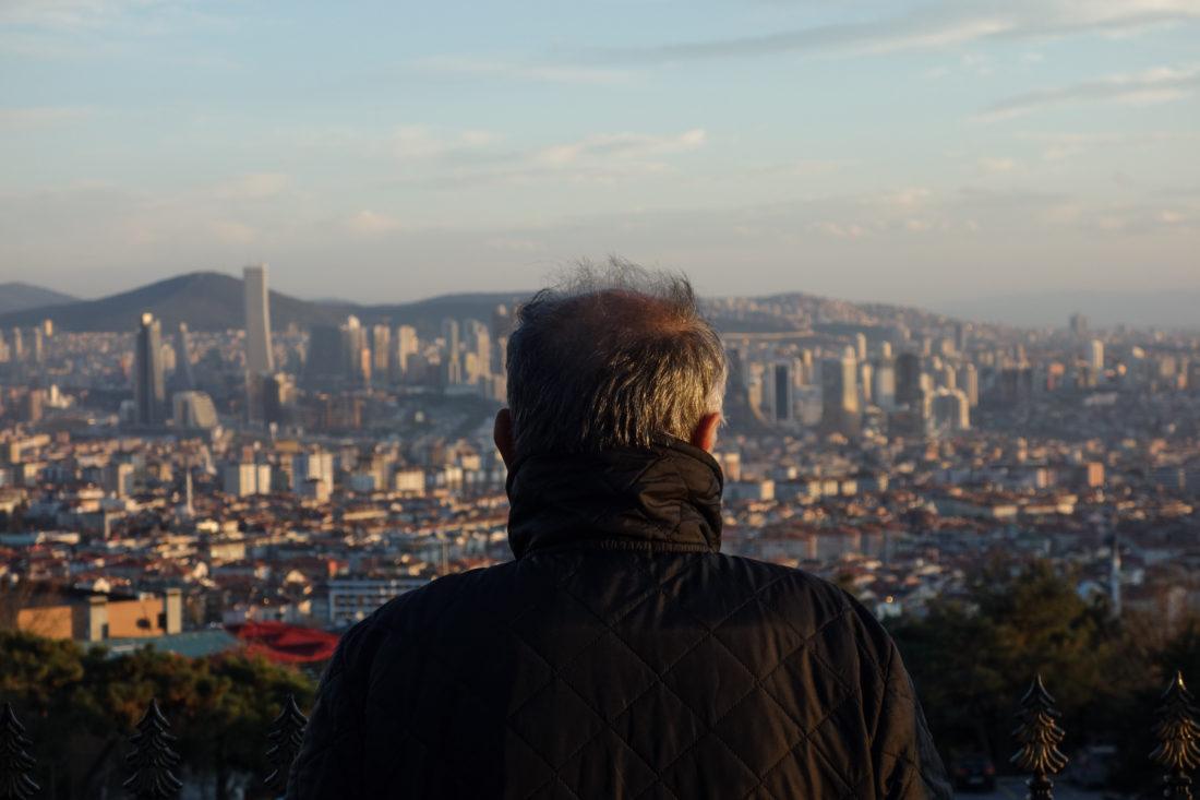 Ali guarda verso il lato asiatico di Istanbul