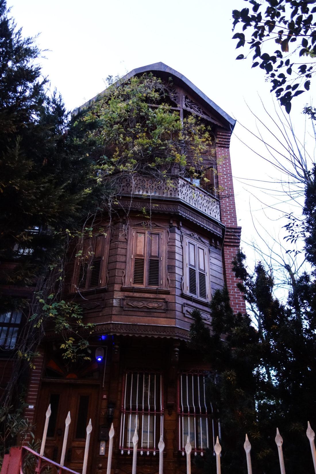Le storiche abitazioni in legno, ormai in via di estinzione