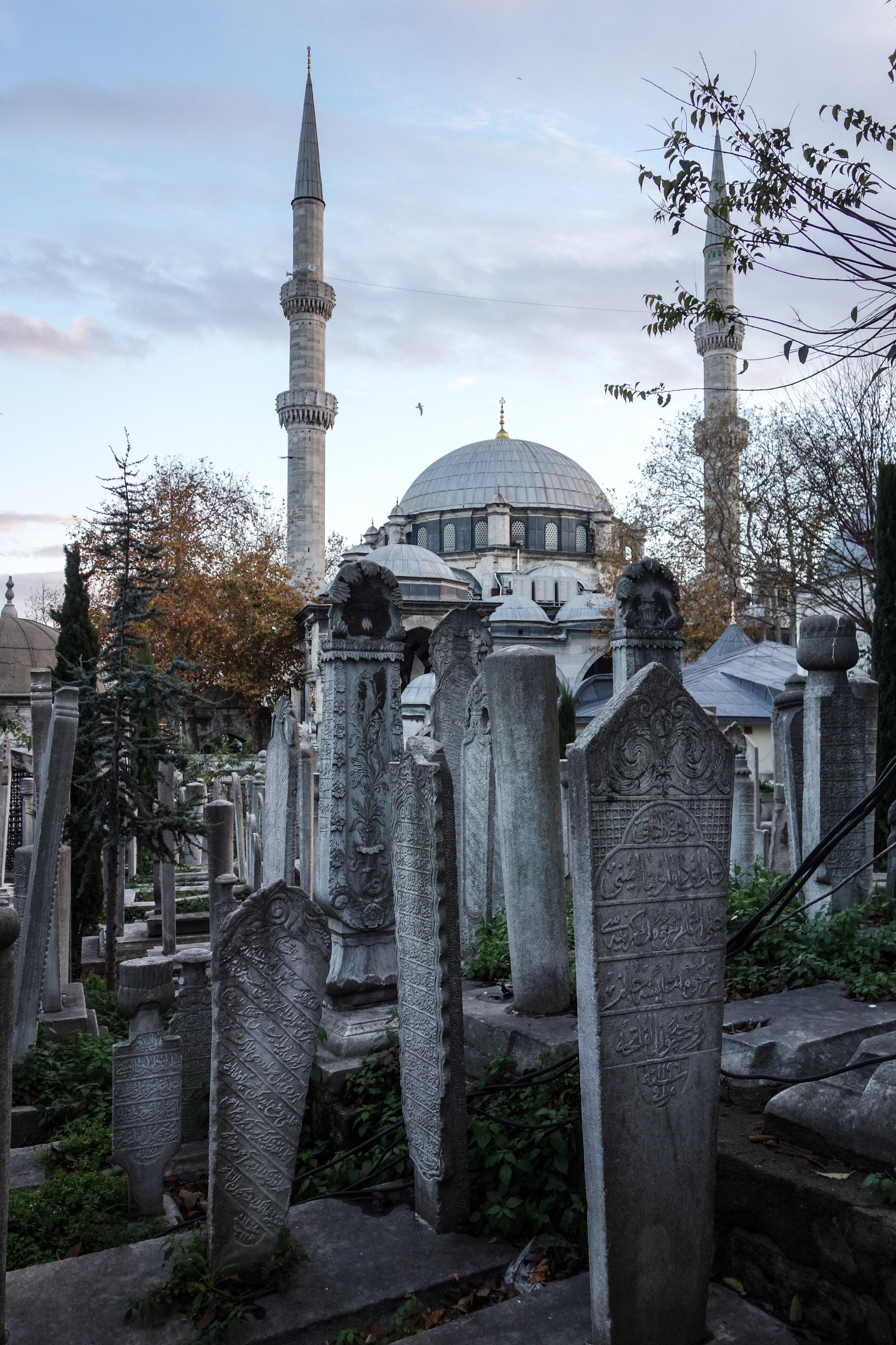 La moschea di Eyup a Istanbul vista dal cimitero Turgay Hantal Mezarlık