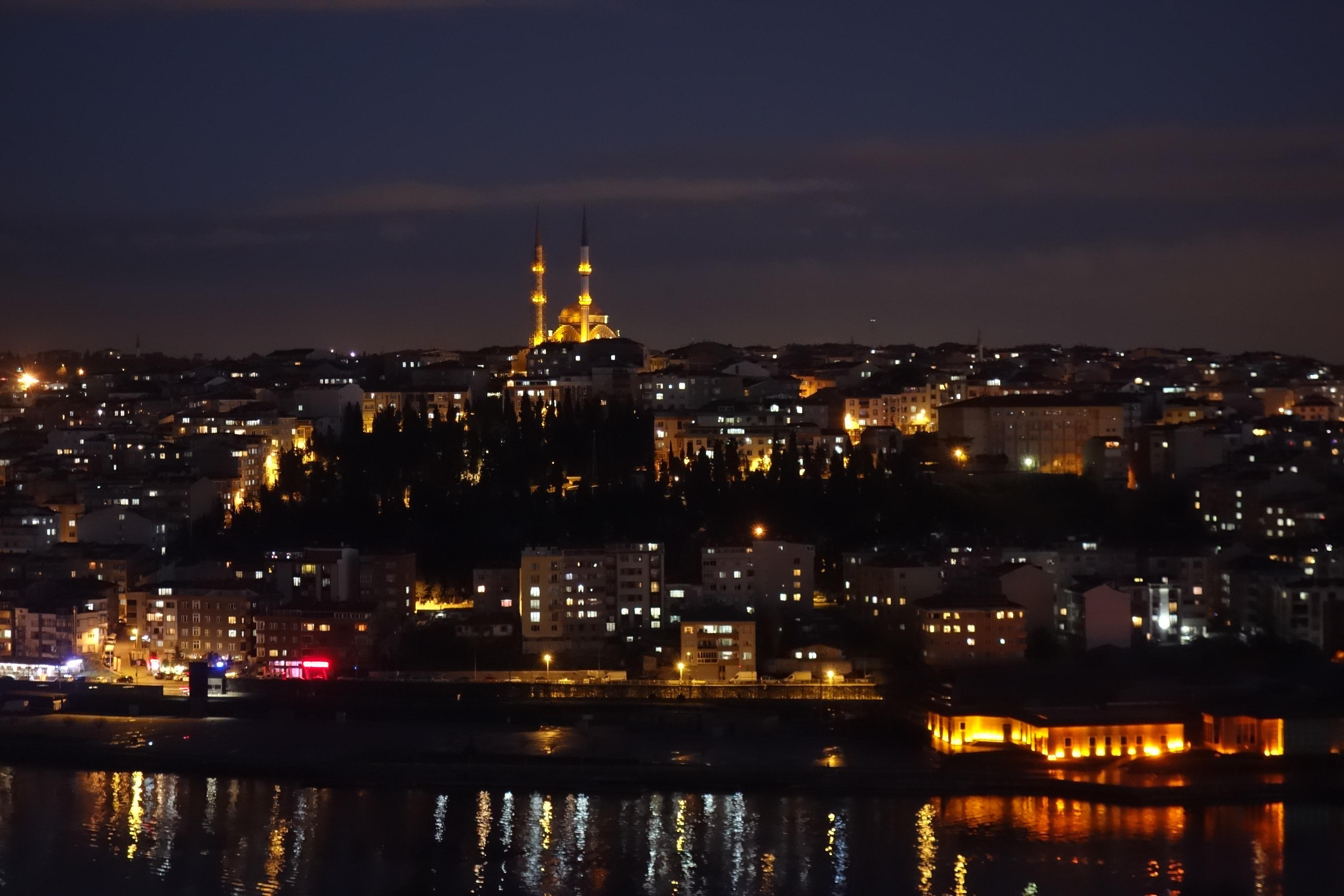 Particolare della vista dal cafè Pierre Loti a Eyup: la moschea Bademlik