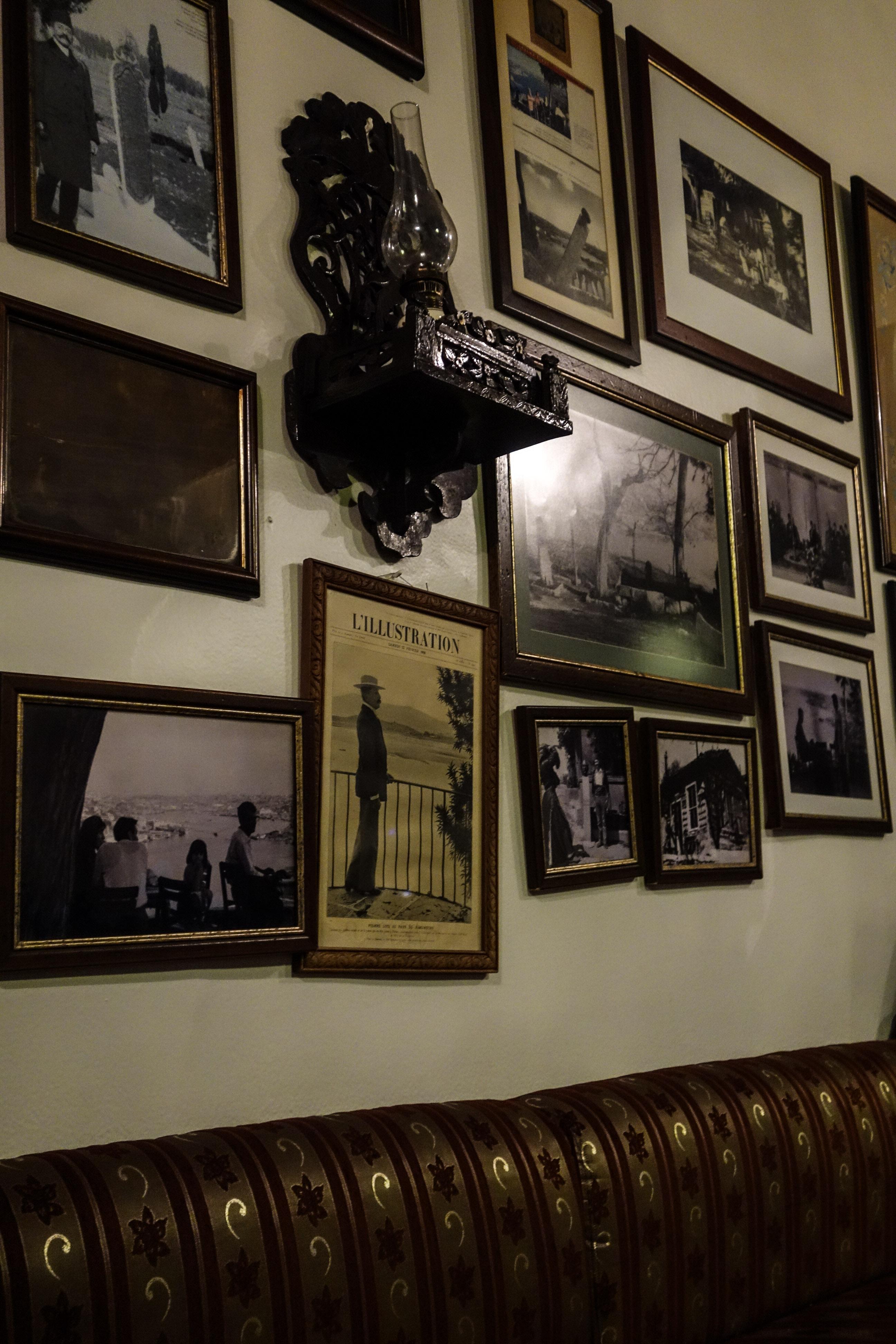 Interno del Cafè Pierre Loti, che si trova al centro del cimitero Turgay Hantal Mezarlık