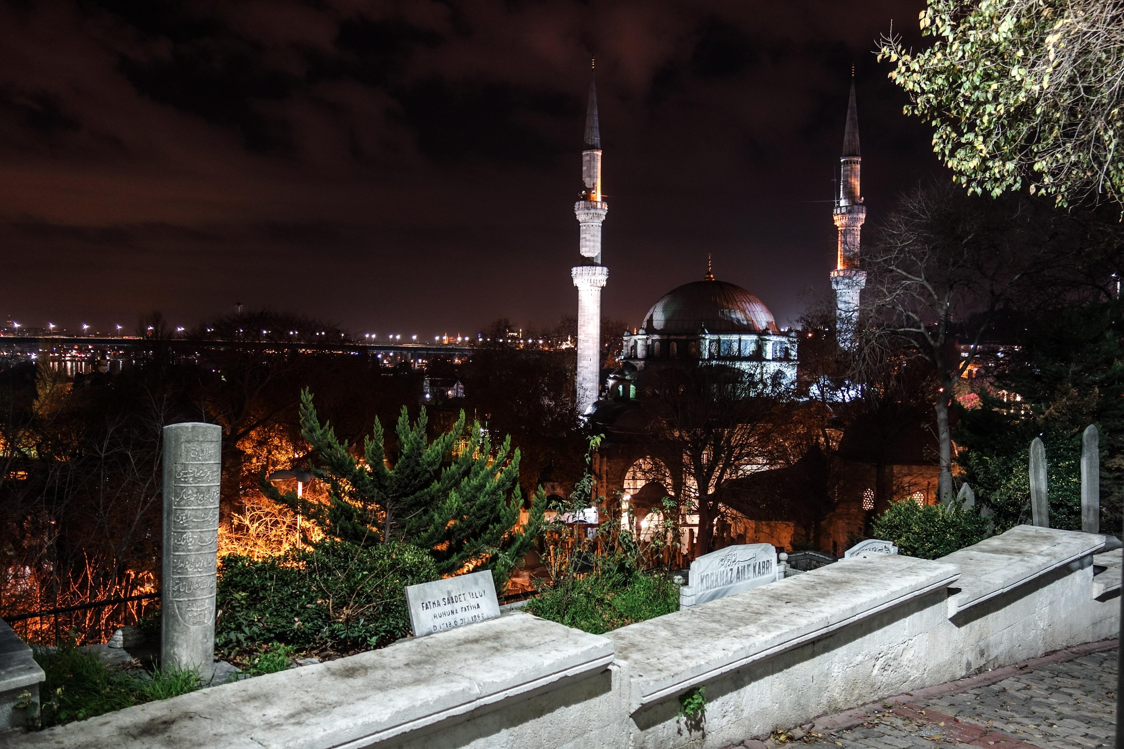 La vista sulla moschea Eyup Sultan dalla strada che attraversa il cimitero