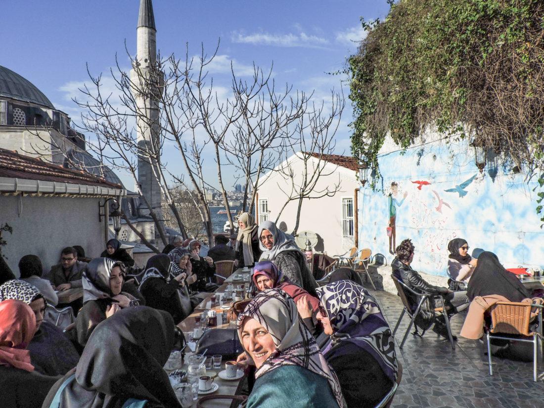 I frequentatori dell'Aşiyan Books And Coffee sul terrazzo del Cafè