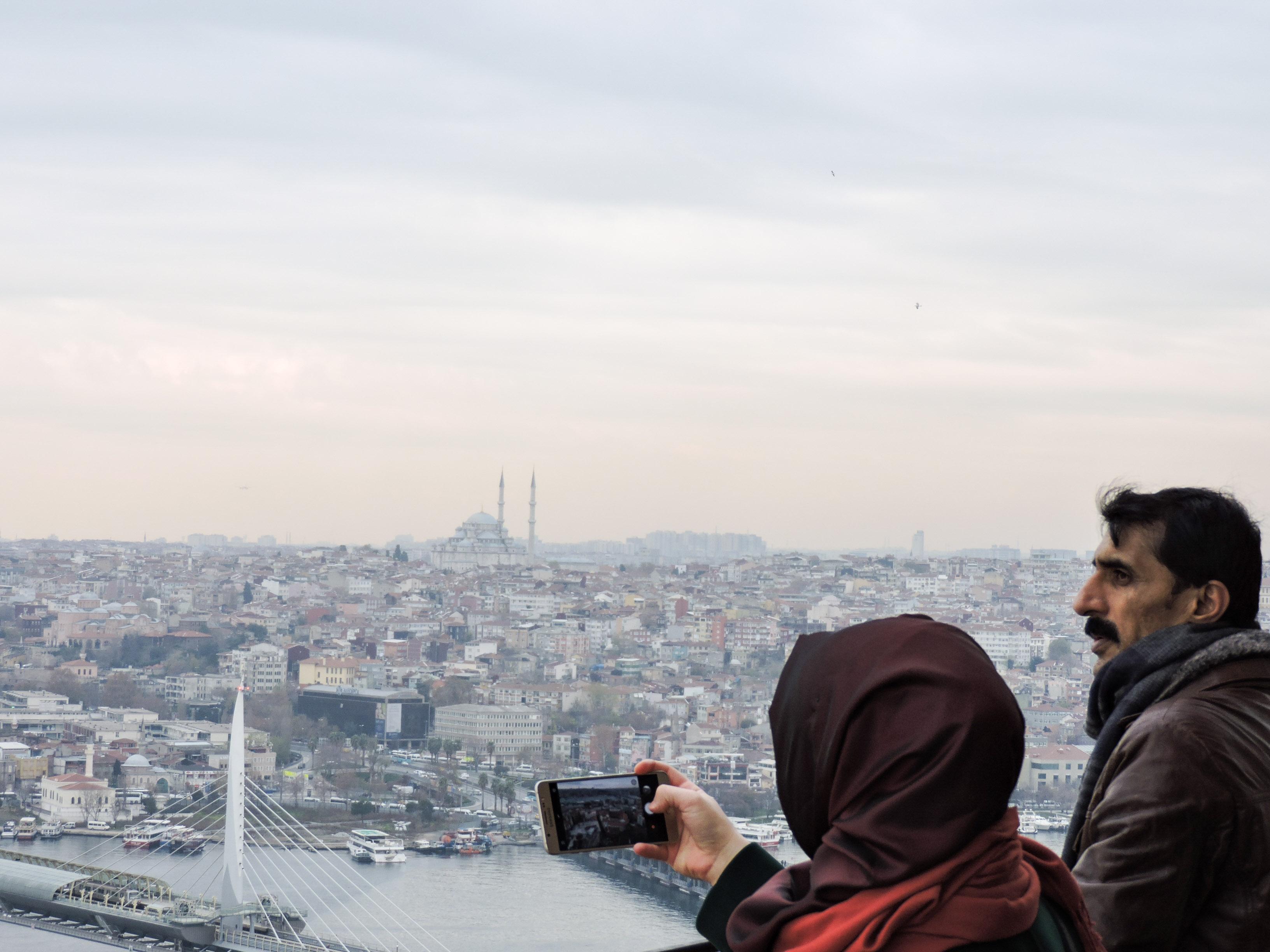 Turisti fotografano dalla torre di Galata di Istanbul