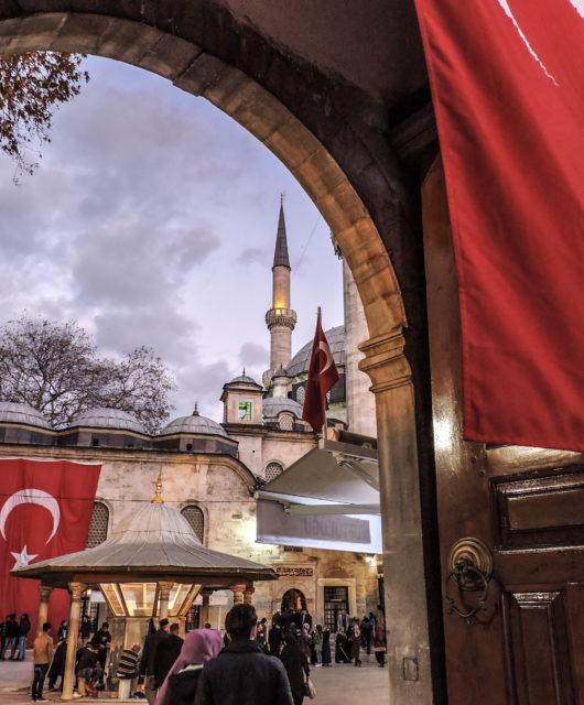 L'ingresso della moschea di Eyup a Istanbul