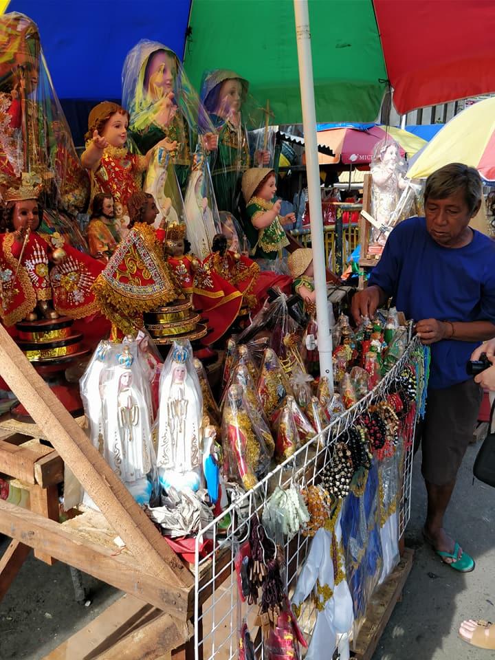 Mercanzie religiose tra cui il Santo Nino a Cebu nelle Filippine