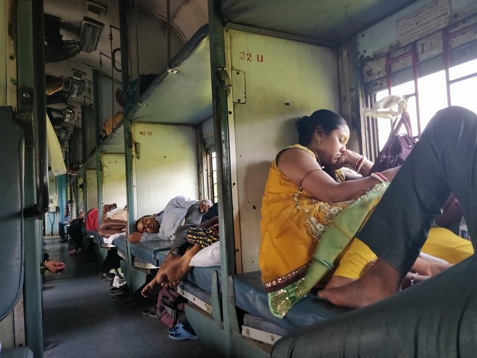 La sleeper class del nostro treno da 30 ore tra Calcutta e Bangalore senza aria condizionata
