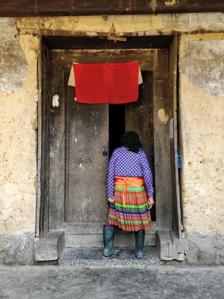 Le donne delle minoranze etniche di Ha Giang sono tutte abbigliate con vestiti coloratissimi, al contrario degli uomini