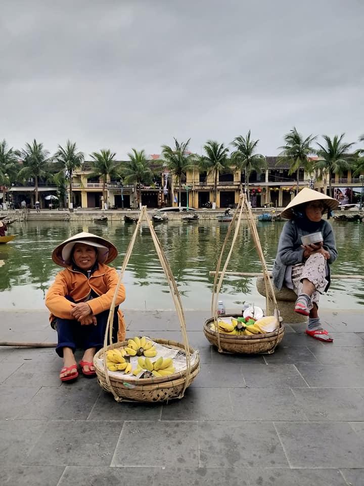fruttivendole lungo il canal principale di hoi an in vietnam