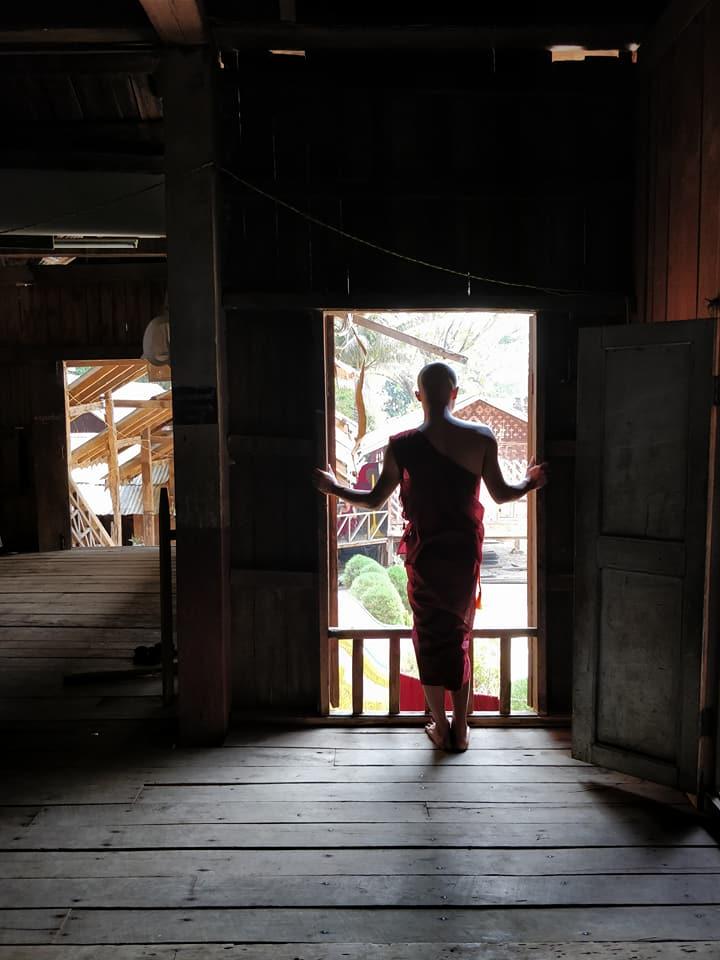monaco buddista dentro al tempio Maha Nanda Kantha