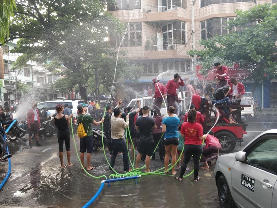 delirio durante il Thingyan Water Festival a Mandalay