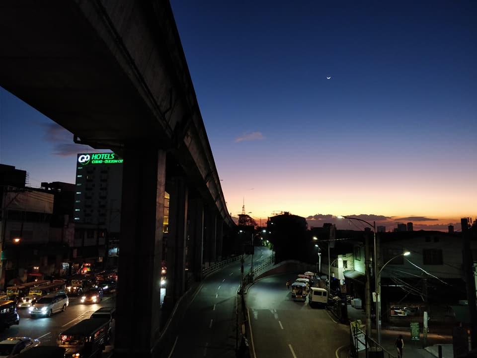 Vista al tramonto di Quezon City a Manila