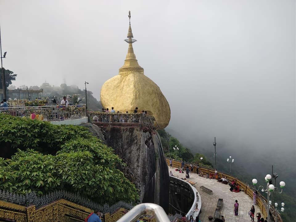 La famosa Golden rock a Kyatkyo in Myanmar