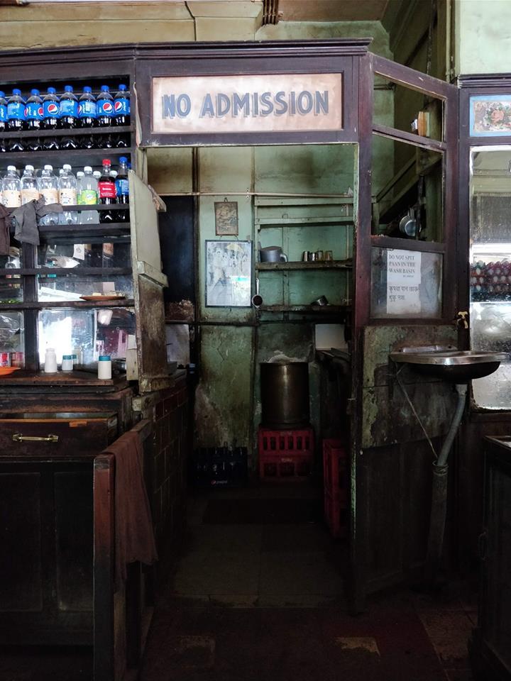 Cafè de la Paix, uno dei tanti cafè persiani che si trovano a Mumbai. Ogni dettaglio qui è originale, lì da più di 80 anni quando il nonno del titolare lo aprì dopo un viaggio a Parigi.