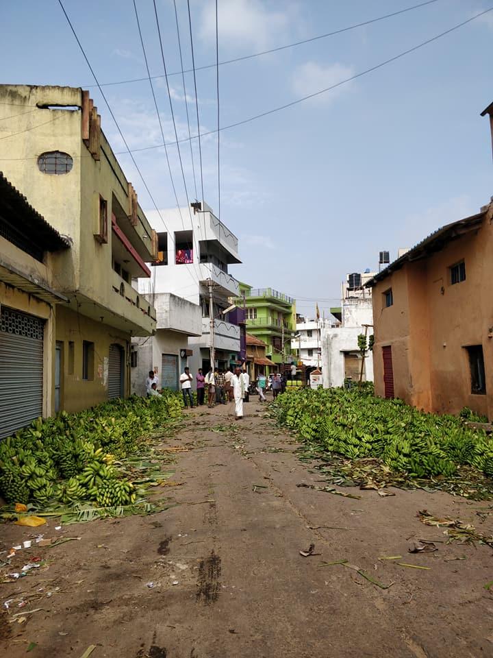 La via del mercato di Mysore con centinaia di banane pronte per la vendita
