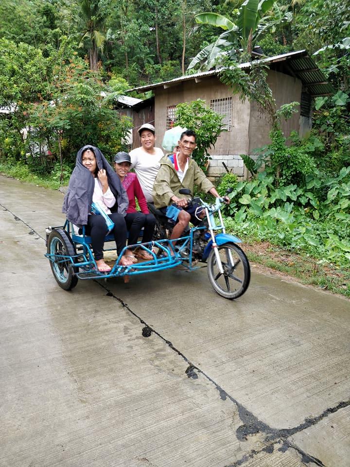 Membri della tribù Ati a Nagpana in trike