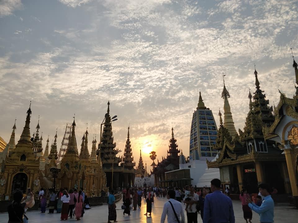 Shwedagon Pagoda al tramonto a Yangon