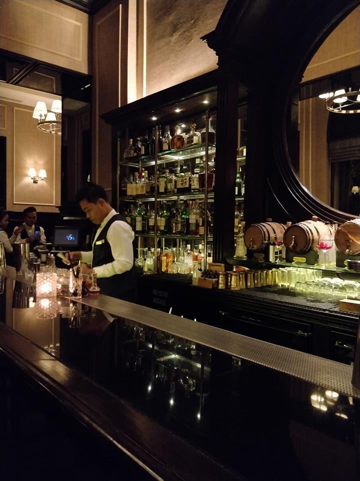 Il bancone del Sarkies Bar allo Strand Hotel di Yangon