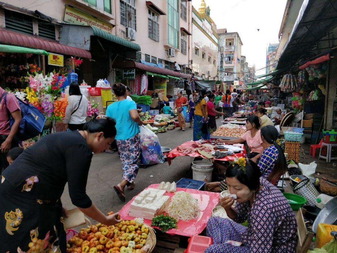 mercato tipico del Myanmar nella downtown di Yangon