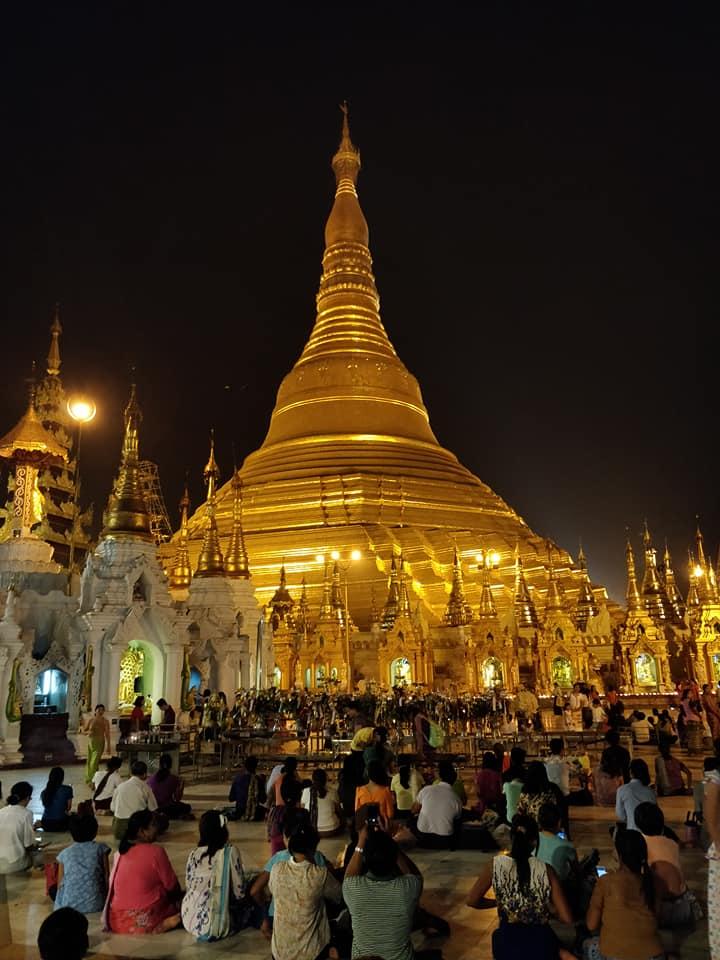 La notte la Shwedagon Pagoda di Yangon riluce grazie alla foglia d'oro che la ricopre