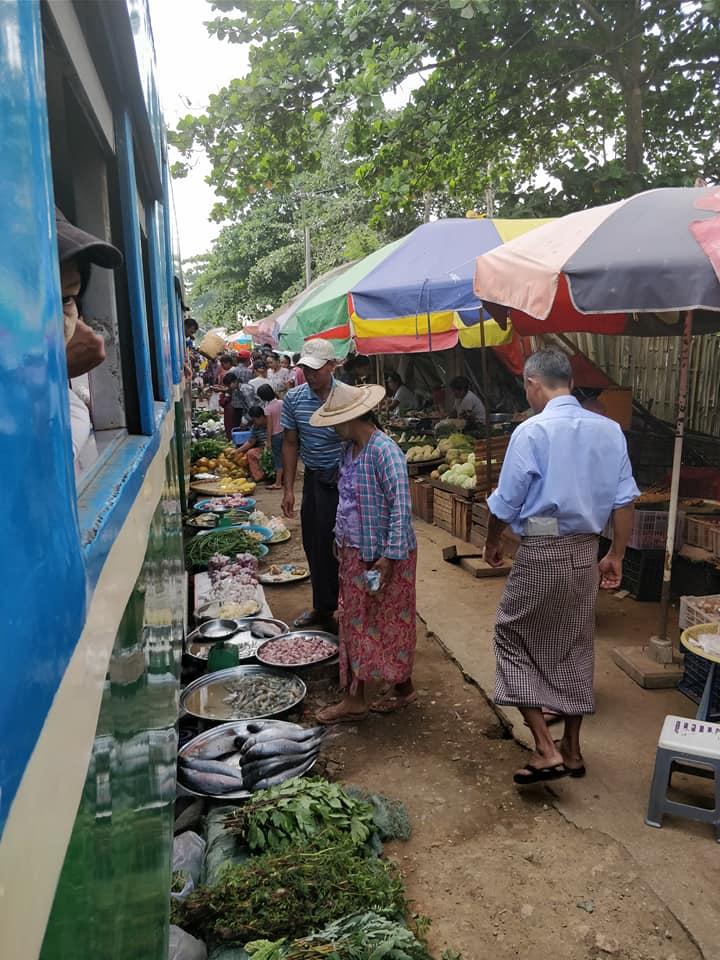 L'incredibile mercato nei binari del treno lungo la linea circolare ferroviaria a Yangon
