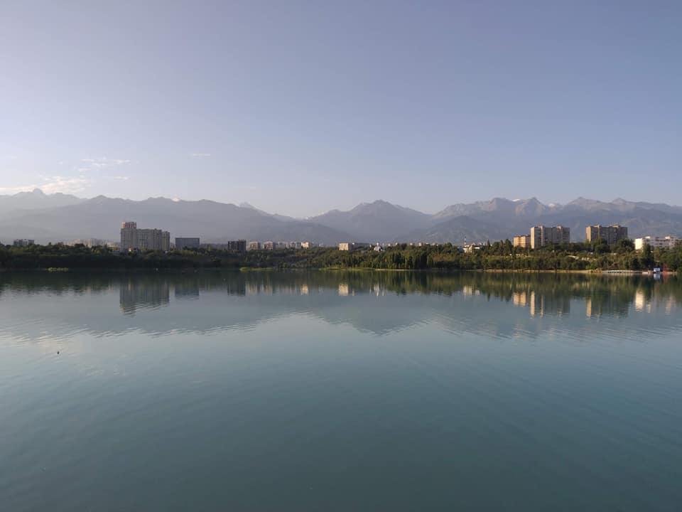 Vista delle montagne dalla riserva Sairan ad Almaty
