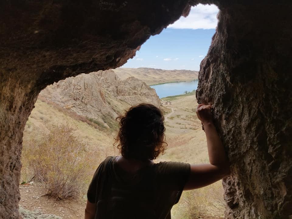 una della caverne nel panorama roccioso di Tamgaly Tas qualche ora fuori da Almaty