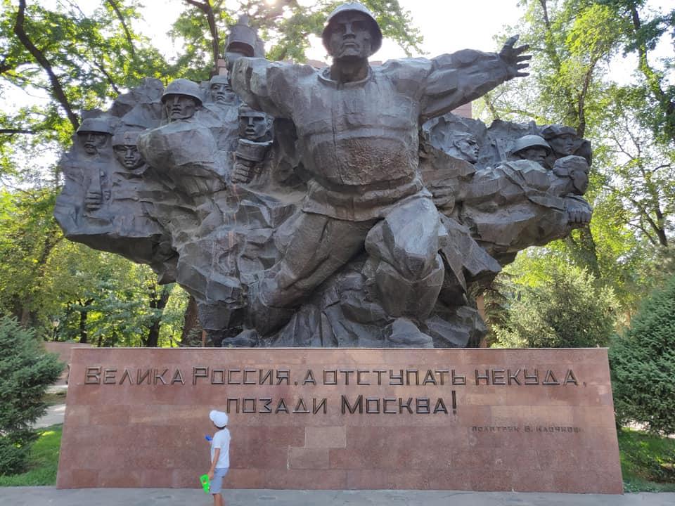 Il monumento ai 28 eroi di Panfilov ad Almaty in realtà è un falso storico riguardante un episodio della seconda guerra mondiale diffuso dall'unione sovietica