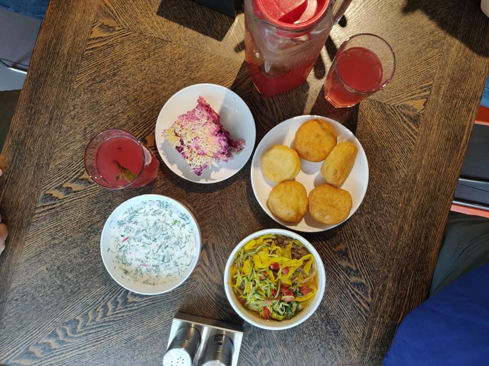 A pranzo da Basil, delizioso ed economico! La zuppa bianca é tipicamente estiva e si chiama okroshka: é preparata con kefir, rapanello, cetrioli, aneto e carne. La torta rosa sulla destra é preparata con aringa, patate, maionese e rapa rossa (dressed herring)