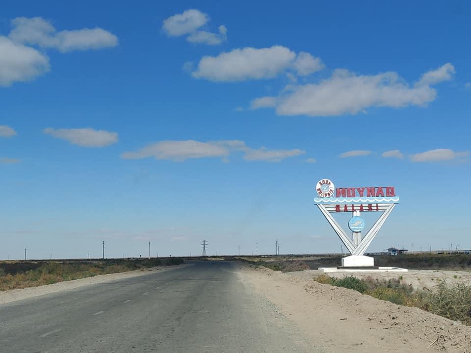 All'ingresso del paesino di Moynaq, che una volta si trovava in riva al lago d'aral ed era il centro nevralgico della pesca e dell'inscatolamento del pesce, c'è questo monumento sovietico. Nel monumento sono rappresentati un gabbiano e un pesce, simboli di quel mare che non c'è più...