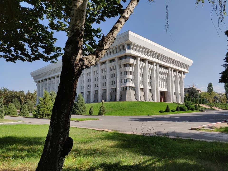 Il parlamento kirghiso a Bishkek detto anche la casa bianca