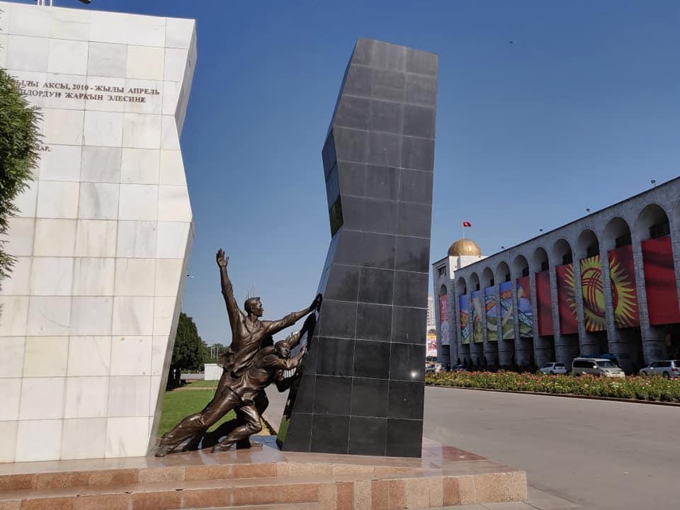 Monumento ai caduti durante la rivoluzione del 2010 con la quale il popolo Kyrgizo ha destituito il secondo presidente con la forza. La simbologia del monumento piuttosto chiara