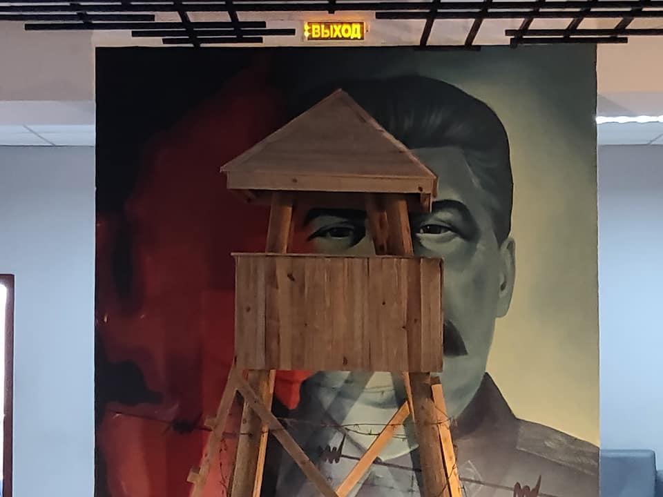Installazione con occhio di stalin dietro una torre vedetta al museo Karlag, il più grande gulag della storia sovietica