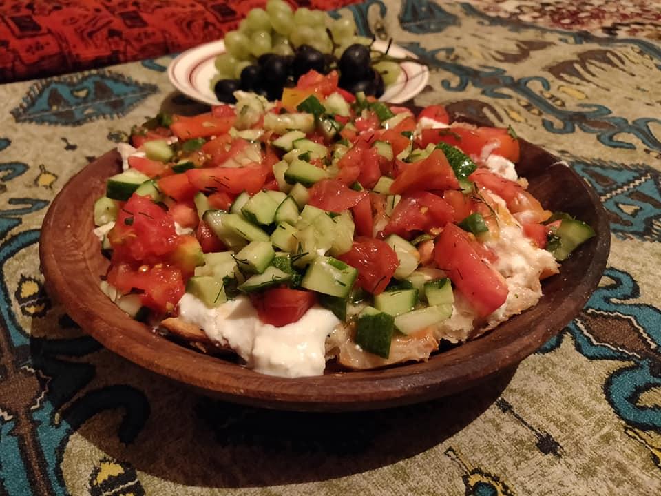 Zuhal e Shifo (la sorella maggiore) ci hanno preparato uno dei piatti Tajiki più buoni: il Kurtob. Lo descriveremo come la versione Tajika della panzanella: un'insalata di pane, pomodori, cetrioli, cipolla e g(j)urgot (una specie di yogurt denso reso liquido con aggiunta di acqua calda)
