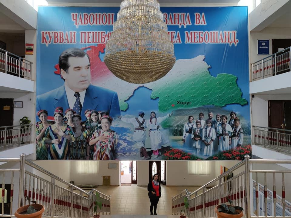 Altopiano del pamir: striscioni dedicati al presidente a Khorog
