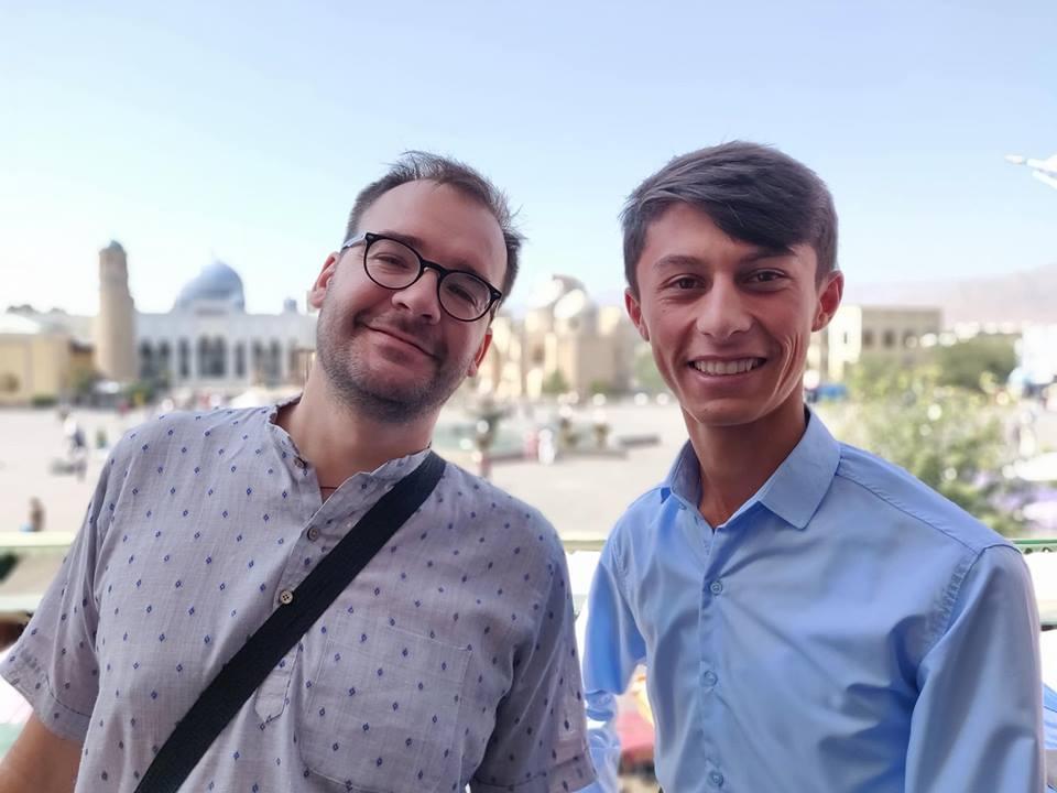 Urbo e Farrukh posano al secondo piano del Bazaar con la moschea di Khujand alle spalle