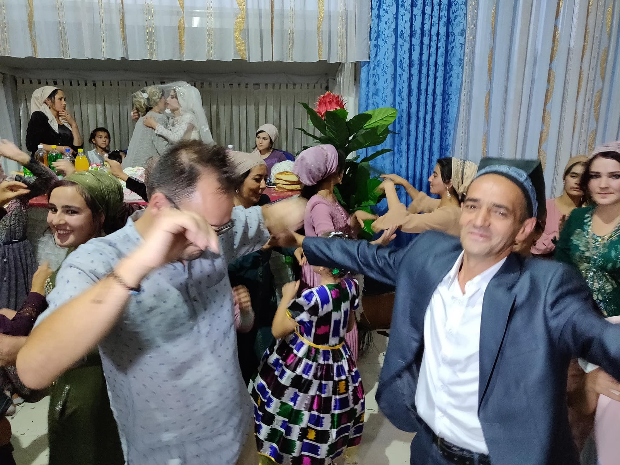 Balli di matrimonio scatenati (quello a destra è il padre dello sposo)