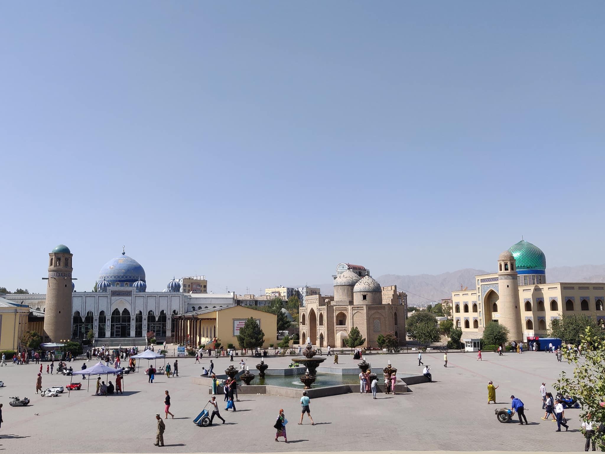 La piazza di Khujand dirimpetto al Bazaar: a destra la madrassa antica (ora chiusa) e la nuova biblioteca coranica (con la cupola turchese sgargiante)