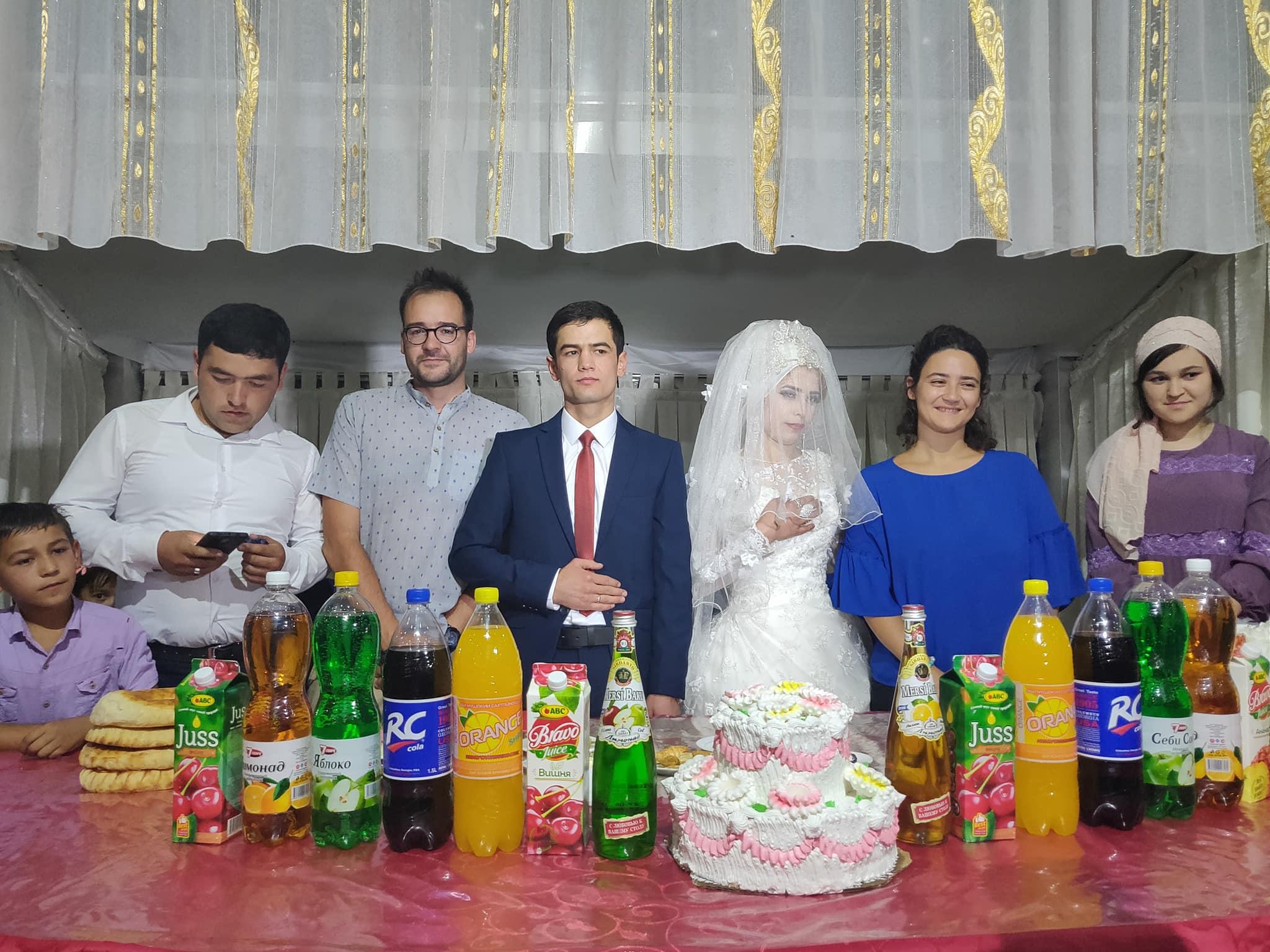 Foto di rito con sposi e testimoni a Istvarashan