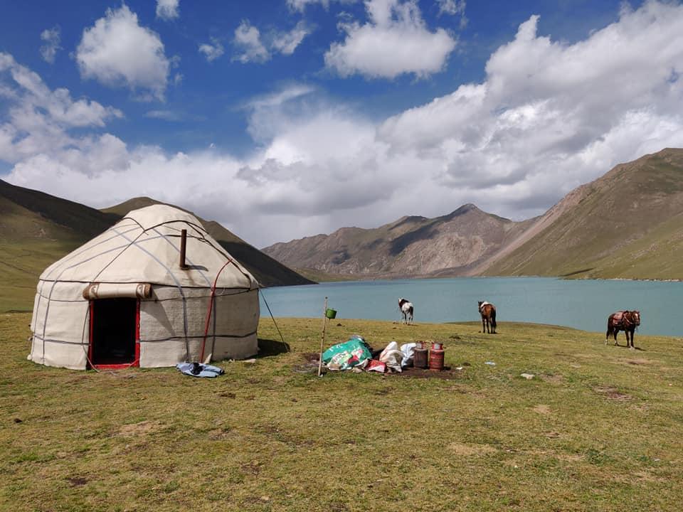 La nostra Yurta sul lago Kol Ukok, nei pressi di Kochkor. Noi ci siamo affidati a Jailoo Hostel and Travel per organizzare questa escursione a più di 3000 m con pernottamento.
