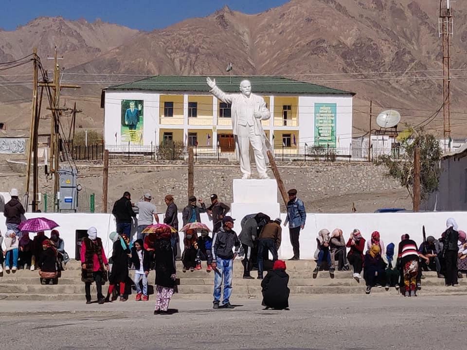 Gente attorno alla statua di Lenin a Murghab