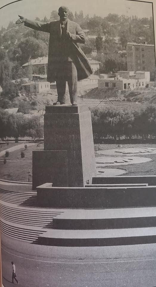 La statua di Lenin a Osh fotografata da Terzani nel 1991