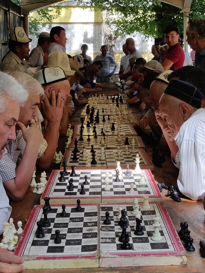 Parco Navoi a Osh, giorno dell'indipendenza del Kyrgyzstan: giochi di società