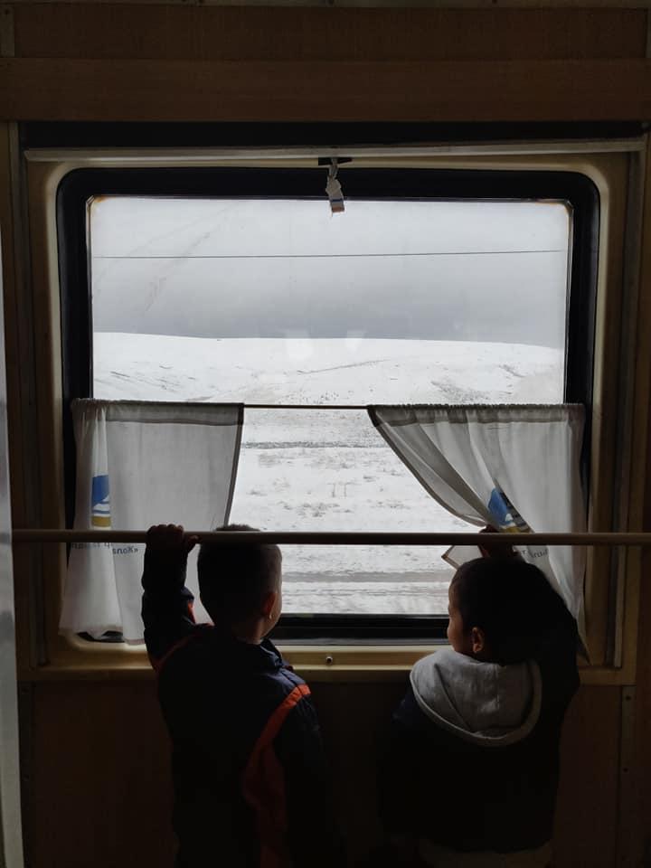 Neve fuori dal finestrino del treno tra Shymkent e Almaty