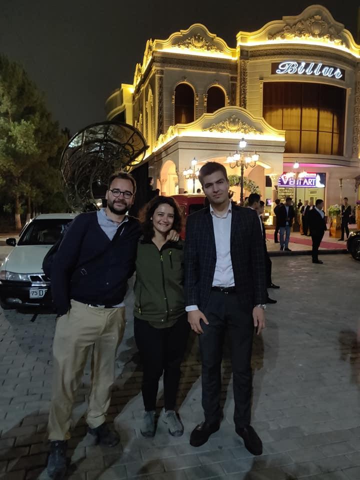 Con Jacob fuori dal locale di Tashkent dove si sta celebrando un matrimonio