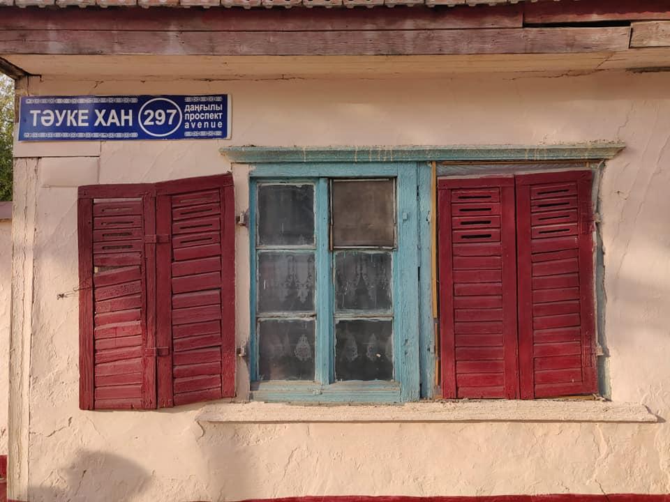 Dettagli delle case più vecchie di Turkestan, ormai eccezioni nel tessuto urbano moderno
